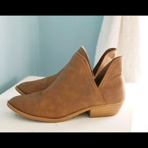 Universal Thread  9.5 leather Bootie shoes